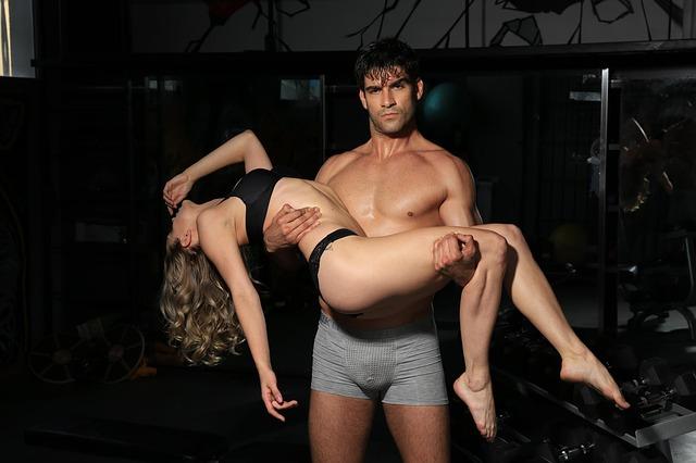 muž se ženou v náručí