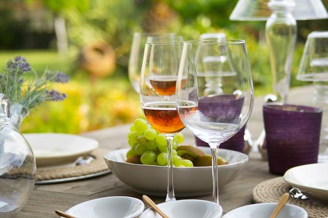 sklenice na stole