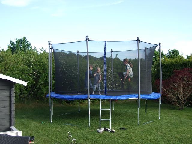 Dětská trampolína se stala hitem i pro dospělé
