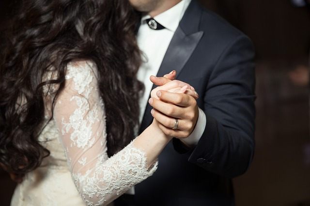 novomanželé tančí, jdou vidět těla, tváře ne