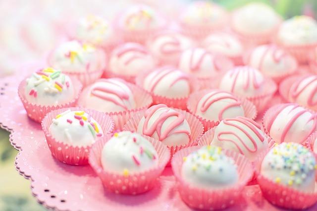 malé cukroví v růžových košíčkách